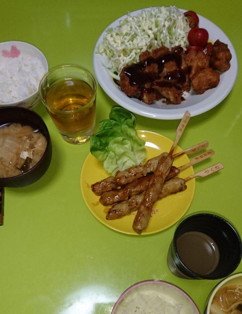 とんかつ、味噌汁、つくね串、唐揚げ、サラダ