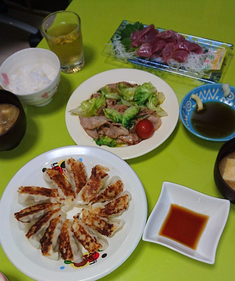 豚トロ炒め、餃子、味噌汁、カツオ