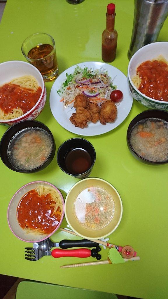 ミートソース、唐揚げ、サラダ、コンソメ野菜スープ