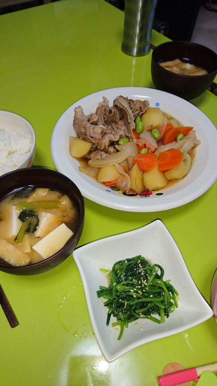 肉じゃが、ほうれん草の胡麻和え、油揚げと小松菜と豆腐の味噌汁