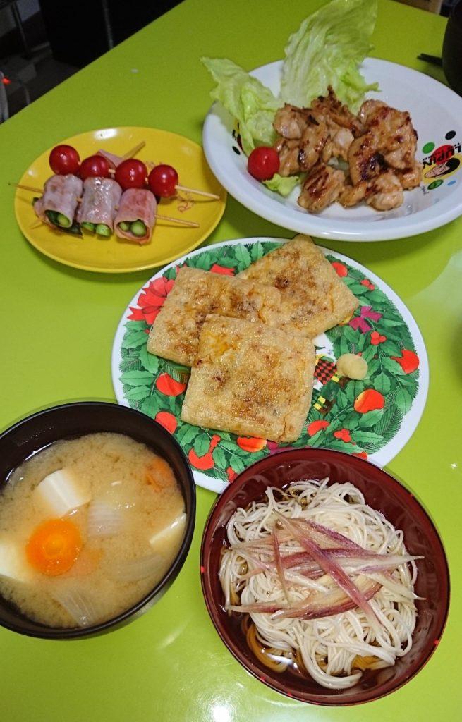 鶏の照り焼き、アスパラベーコン串、プチトマト串、納豆キツネ焼き、薬味そうめん、味噌汁