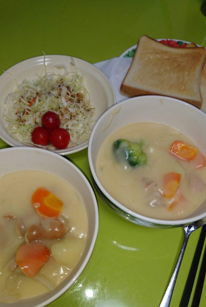 シチュー、パン、コールスローサラダ