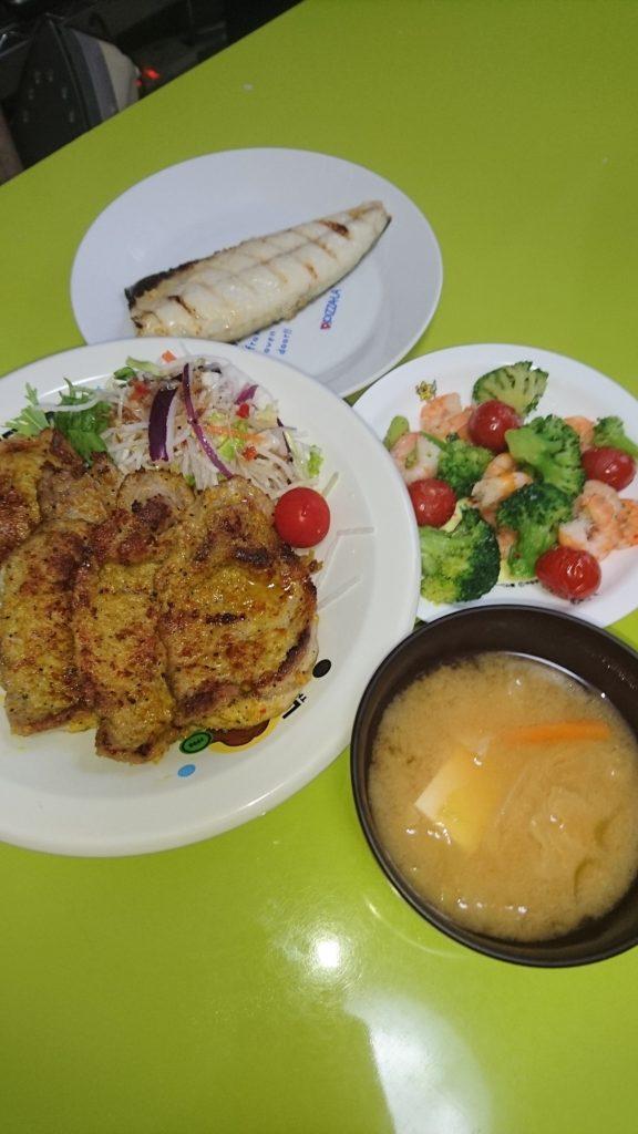 カツレツカレー、サバ西京焼き、エビとブロッコリーとトマトの炒め