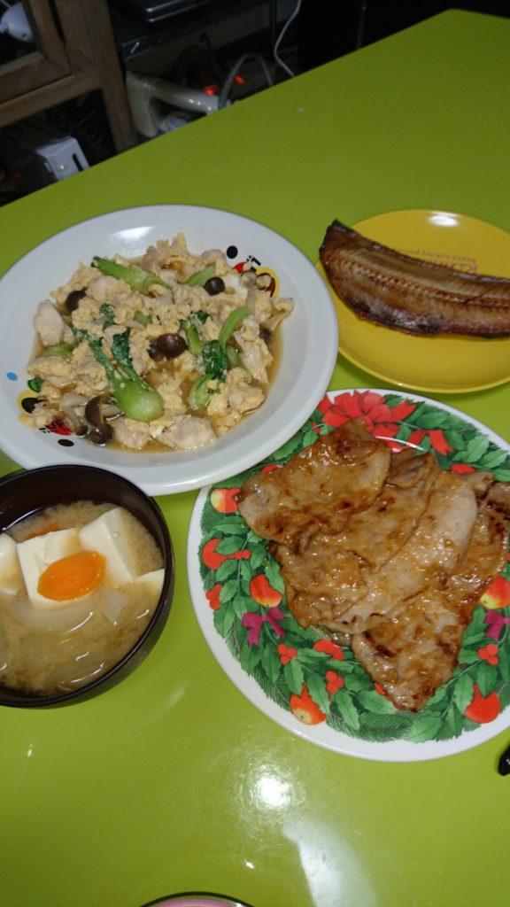 鶏としめじとチンゲン菜の卵とじ、ほっけ焼、豚ロース味噌焼き、豆腐と玉ねぎの味噌汁