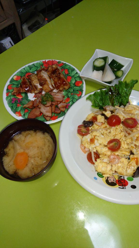 エビトマト炒め、焼豚、チキン南蛮、漬物、豆腐と玉ねぎの味噌汁