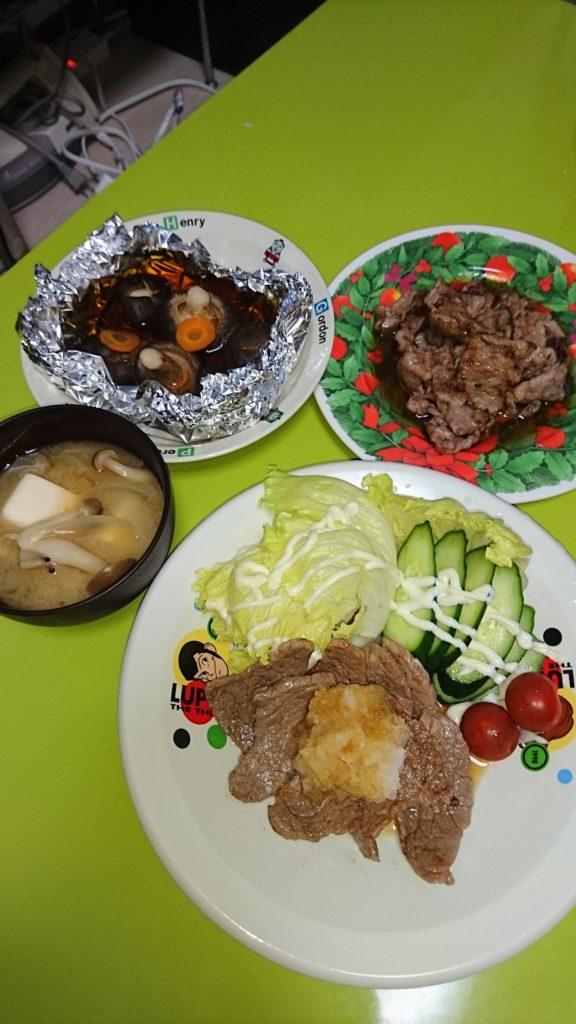 ステーキ、焼肉、椎茸ホイル焼、しめじと豆腐の味噌汁