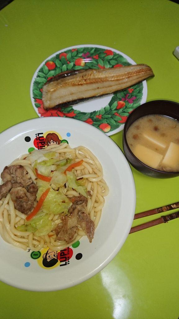 焼うどん、ホッケ焼き、なめこと豆腐の味噌汁