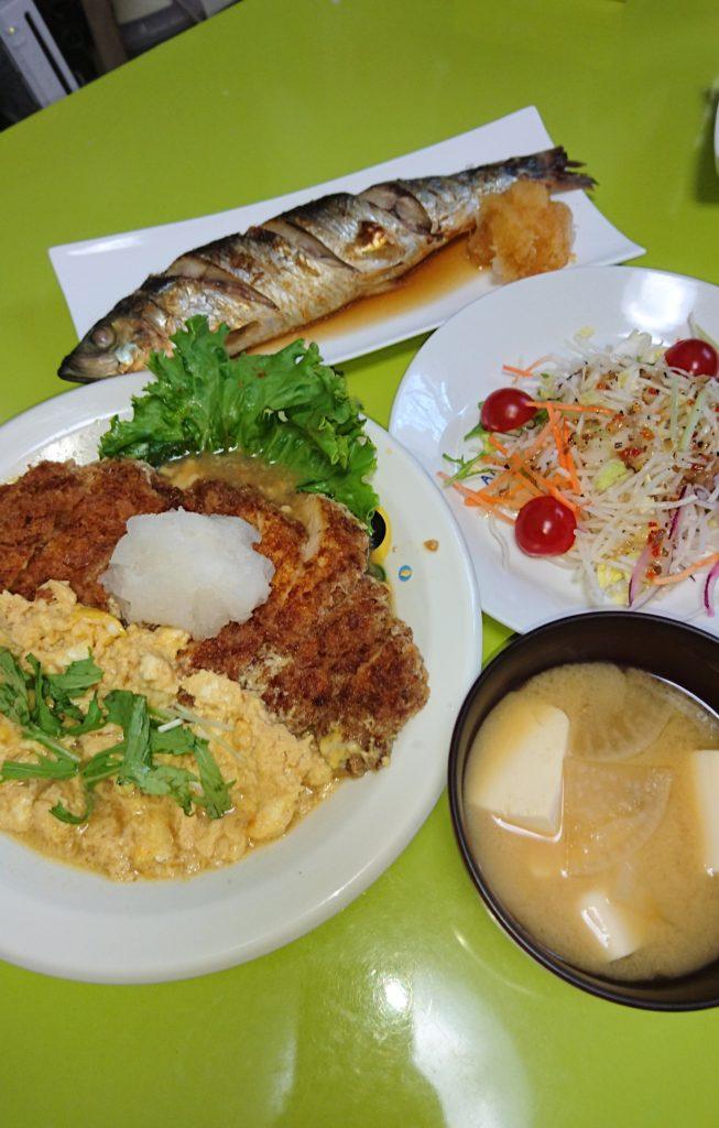 カツとじ、にしん焼き、ミックスサラダ、大根と豆腐の味噌汁