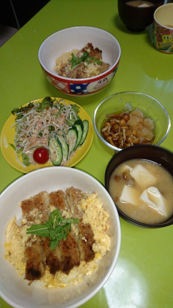 カツ丼、なめこおろし、ごまドレサラダ、なめこと豆腐の味噌汁