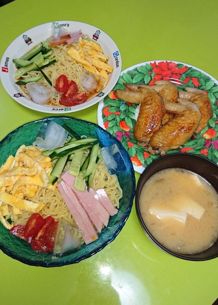 冷やし中華、手羽先の甘辛焼き。なめこと豆腐の味噌汁