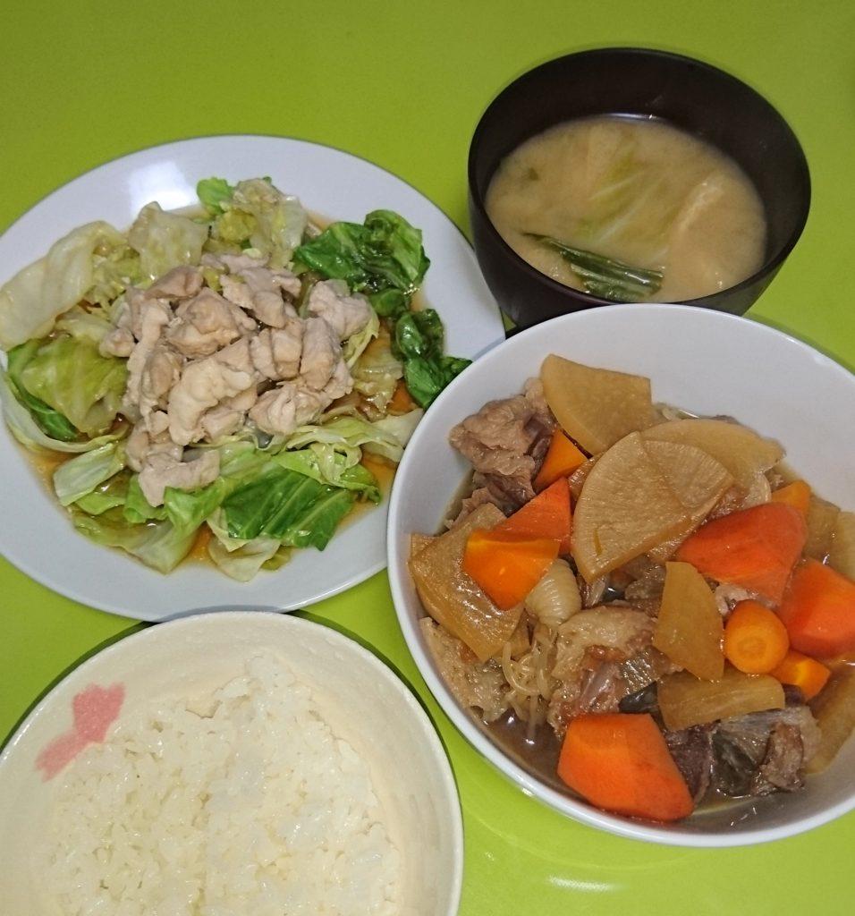 牛すじ煮込み、鶏と温キャベツ、キャベツの味噌汁