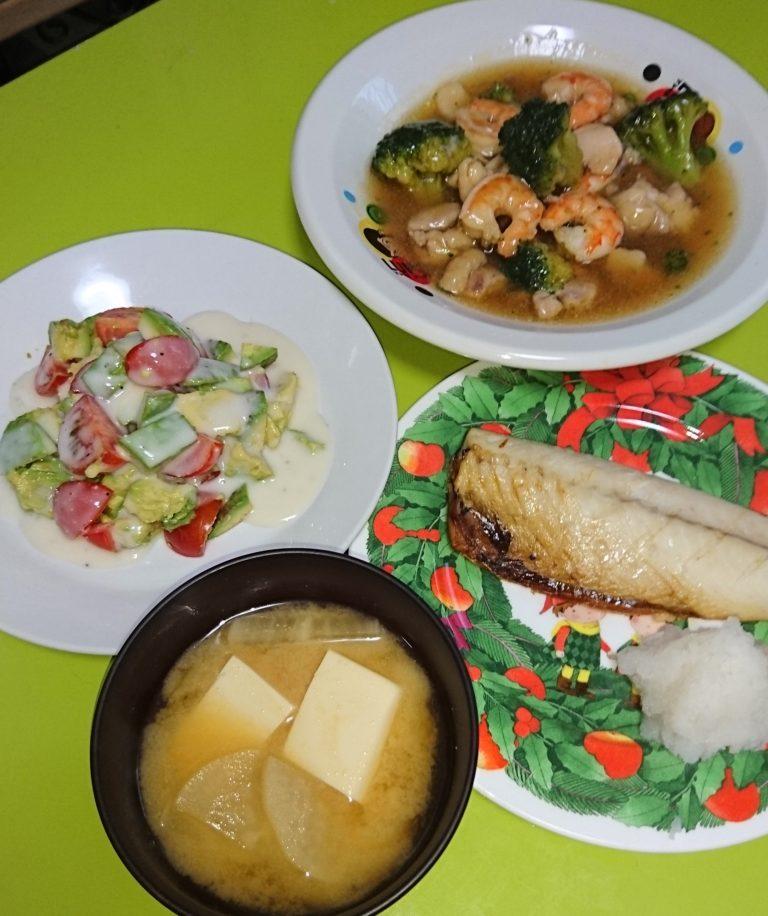 エビと鶏肉とブロッコリーのあんかけ、トマトアボカドサラダ、サバ塩焼き、大根と豆腐の味噌汁