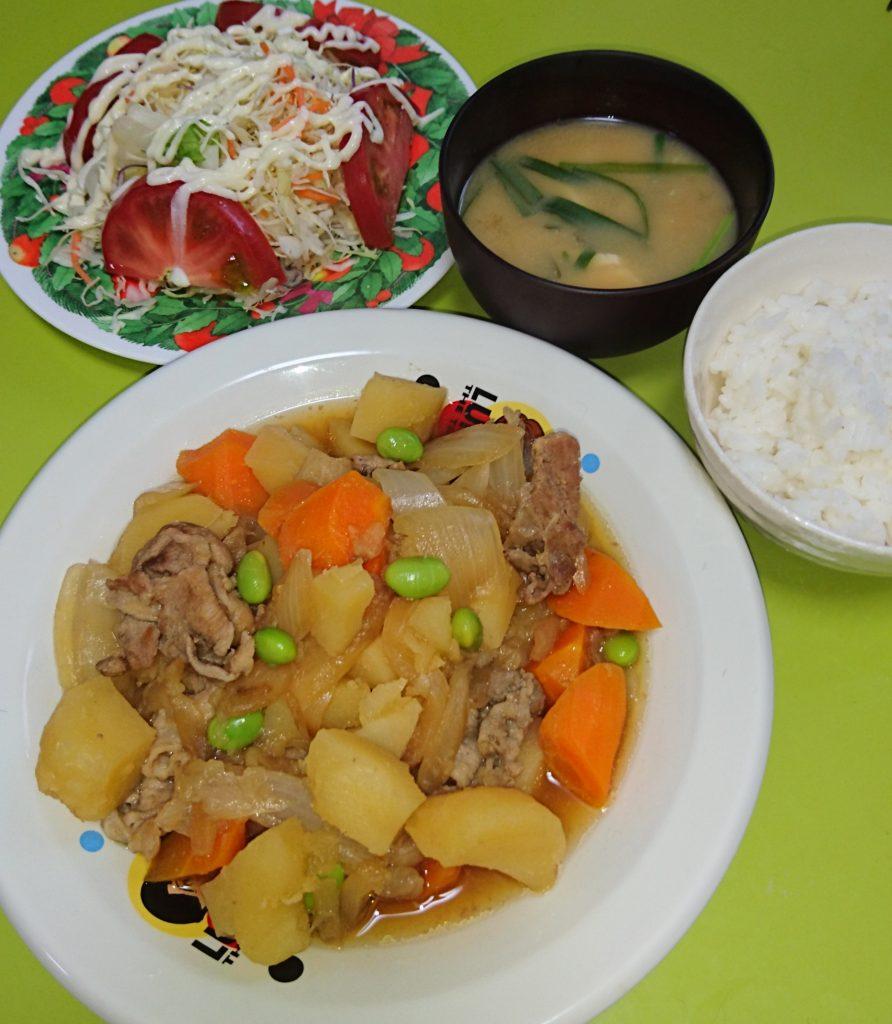 肉じゃが、トマトサラダ、ニラと豆腐の味噌汁