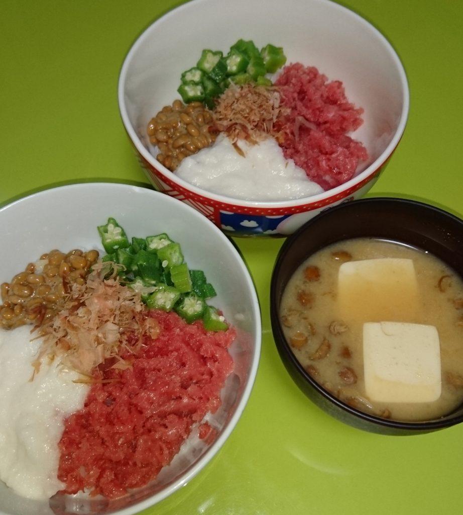 四色丼となめこ味噌汁