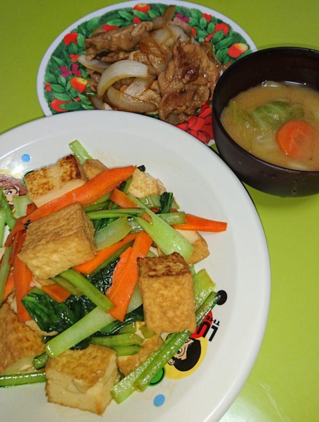 生姜焼き、小松菜と厚揚げのオイスター炒め、キャベツと人参の味噌汁