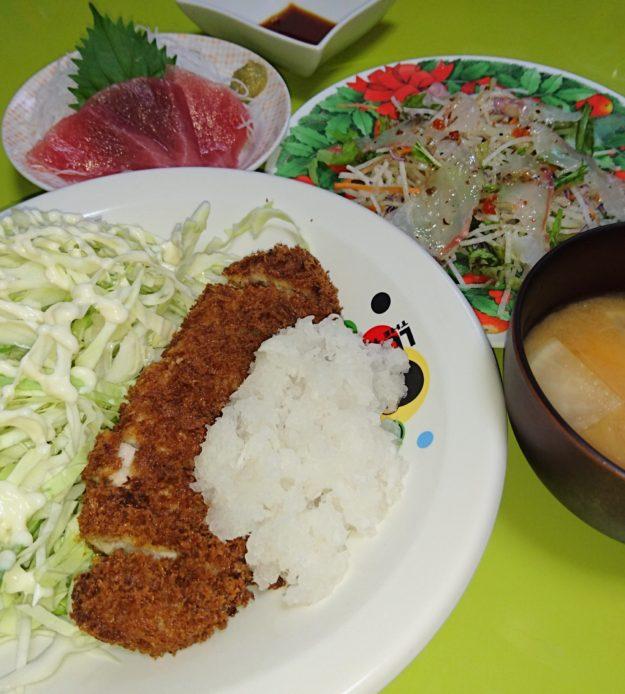 おろしとんかつ、マグロ刺し、真鯛のカルパッチョ、豆腐の味噌汁