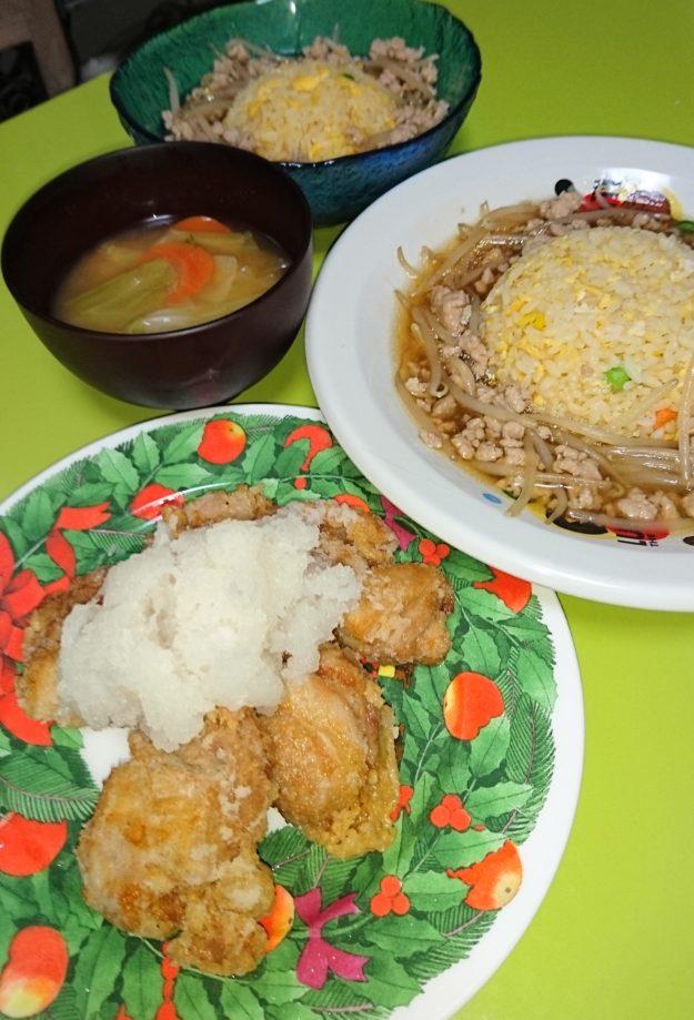 竜田揚げ、あんかけチャーハン、キャベツと人参の味噌汁