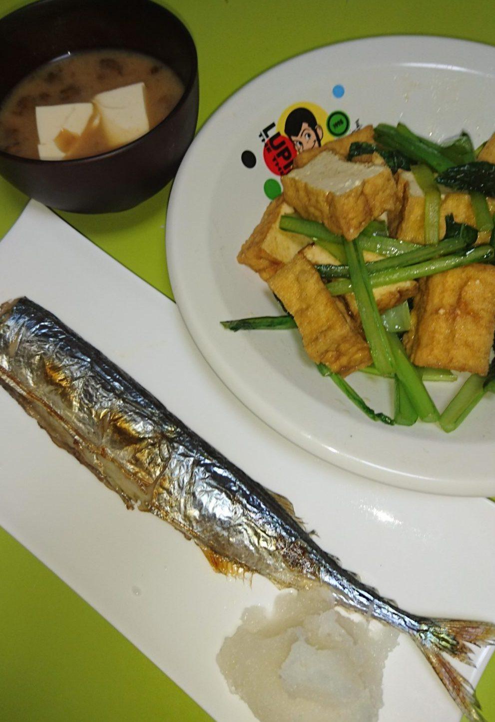 秋刀魚塩焼き、小松菜と厚揚げの炒め、なめこ汁