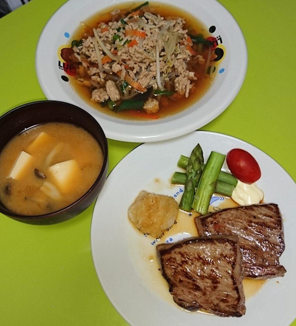 牛ステーキ、ニラもやし鶏そぼろあんかけ、しめじと豆腐の味噌汁
