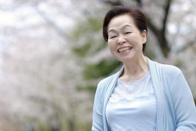 笑顔の女性高齢者 来るスマ美容師