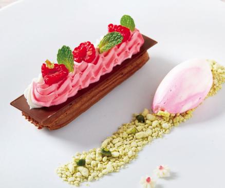 チョコレートとラズベリーの紅白エクレア ザグランラウンジ